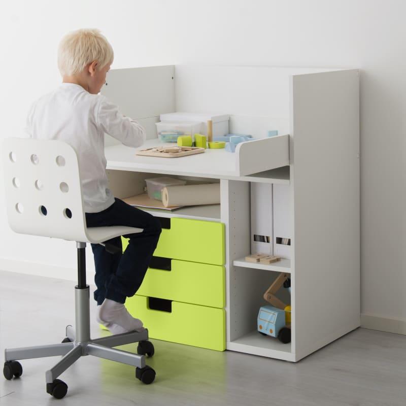 IKEA Kindertisch STUVA mit Stuhl und Zubehör im Kinderzimmer